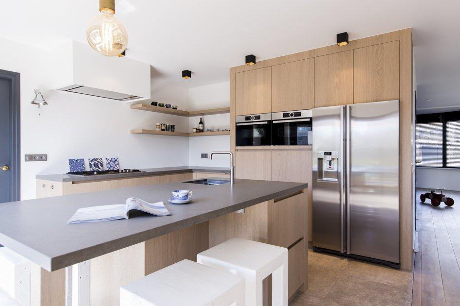 Eiken keuken met rvs details en grijs stenen werkblad