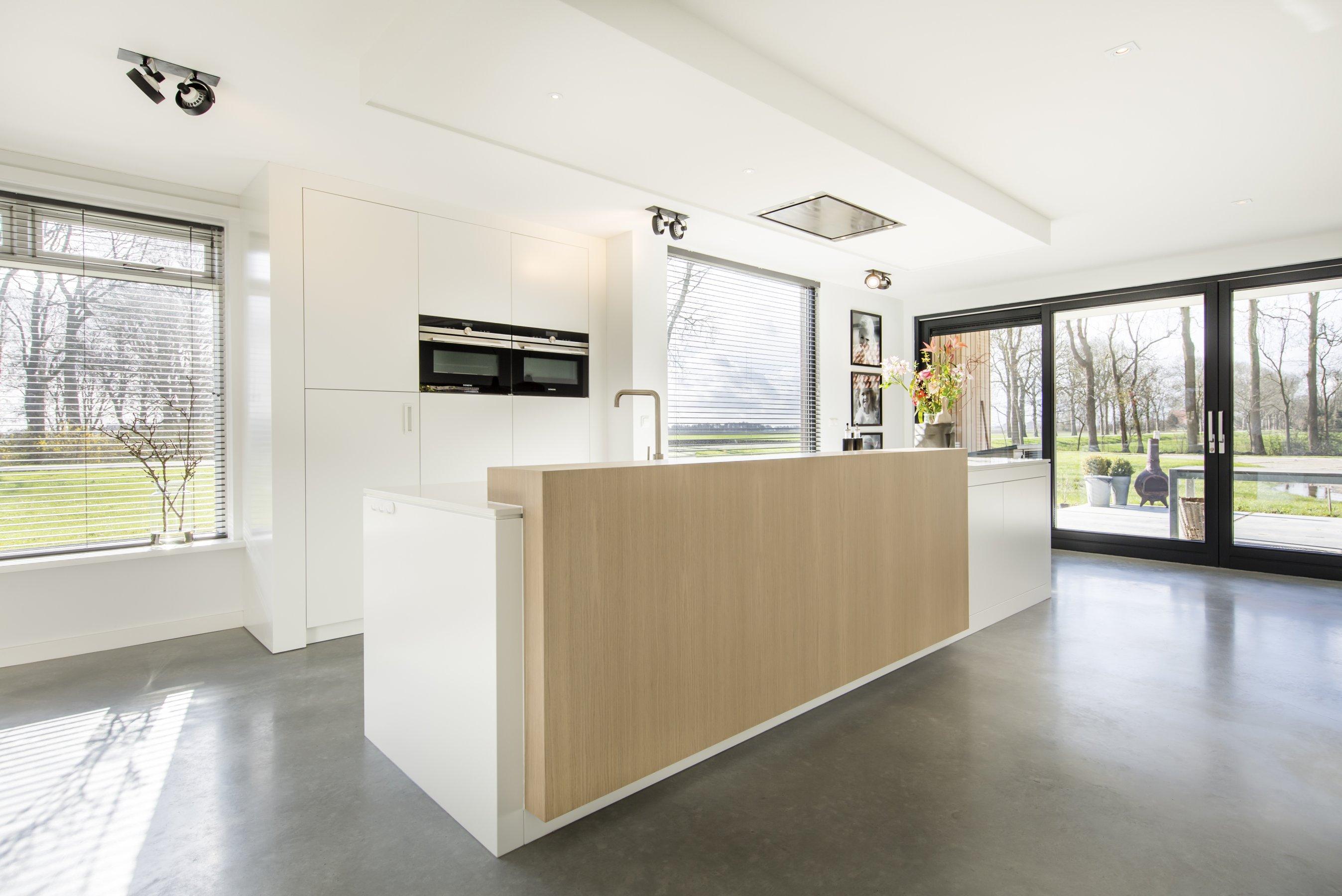 Witte keuken met eiken detail - Gekleurde muren keuken met witte meubels ...